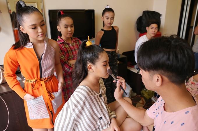 Dàn mẫu nhí Pinkids vừa có chuyến lưu diễn tại Hong Kong. Có tổng cộng 27 bé biểu diễn nhưng chỉ có một chuyên gia trang điểm Huy Nguyễn hỗ trợ. Nên ngay từ sáng sớm, các bé được sắp xếp thay phiên trang điểm để kịp bắt đầutổng duyệt chương trìnhlúc16h.