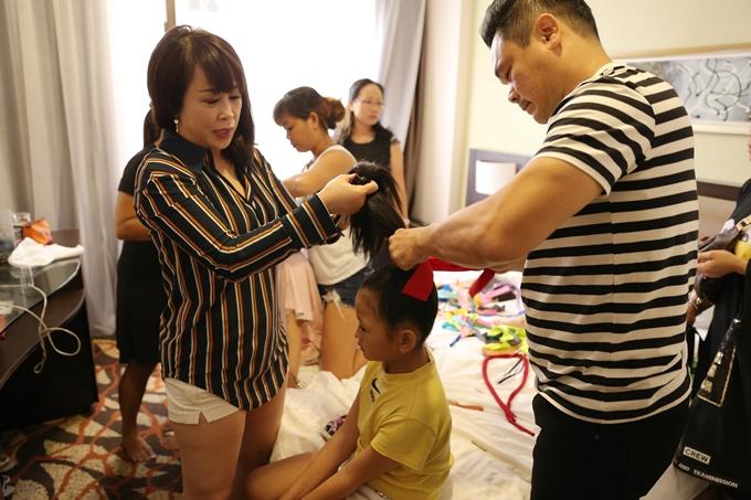 Anh Thế Khôi- bố của ca sĩ Thiên Khôi (quán quân Vietnam Idol Kids) có chút kinh nghiệm làm tóc nên được các phụ huynh khác tin tưởng nhờ anh hỗ trợ cho các bé.