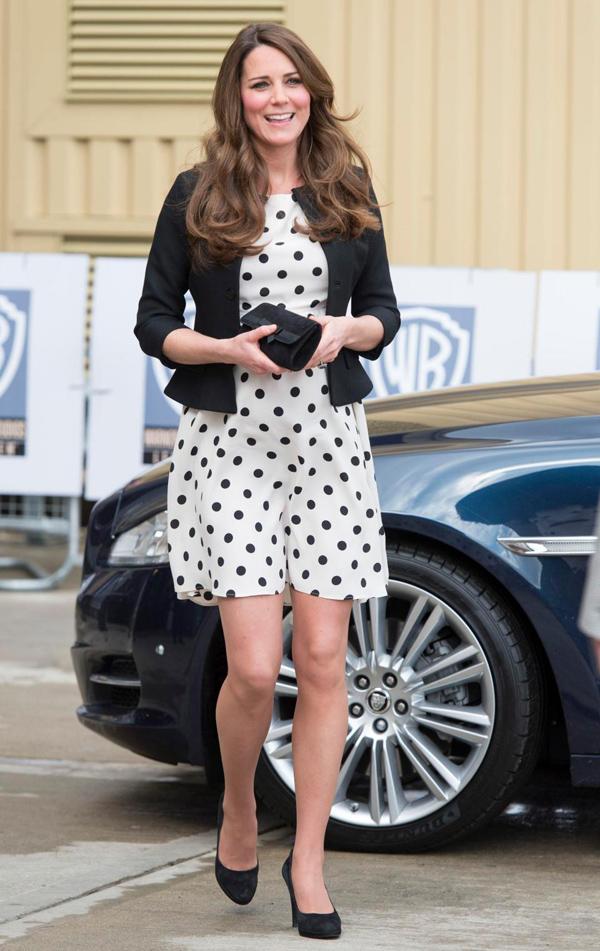 Bộ đầm của Nữ công tước xứ Cambridge - Kate Middleton - bám lấy cơ thể khi cô di chuyển.