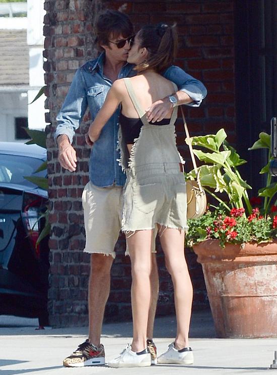 Alessandra Ambrosio và bạn trai mới tình tứ trên đường phố hôm 13/8.