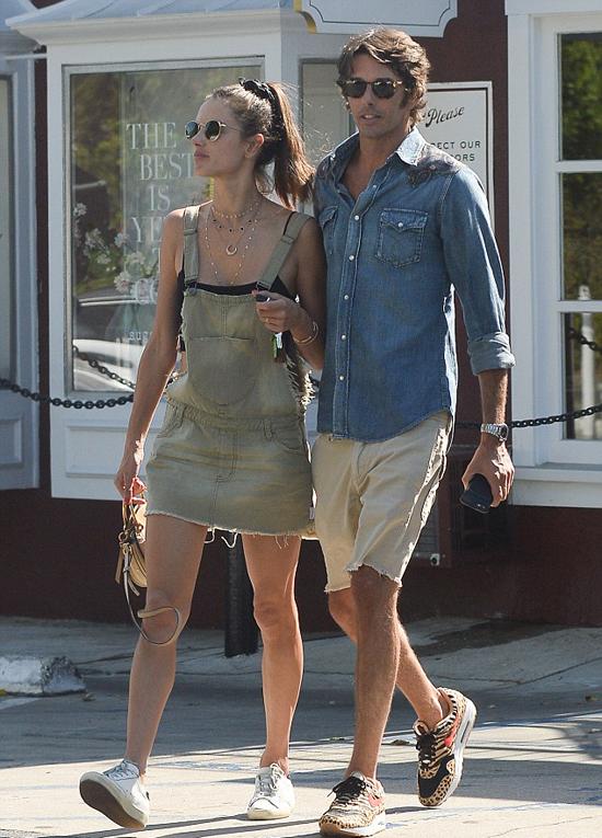 Cặp đôi bị đồn hẹn hò từ tháng 7 sau khi xuất hiện liên tục cùng nhau tại các buổi tiệc. Nicolo Oddi là CEO của hãng thời trang cao cấp Itlay, Alanui. Anh thành lập thương hiệu này cùng chị gái Carlotta vào năm 2016.