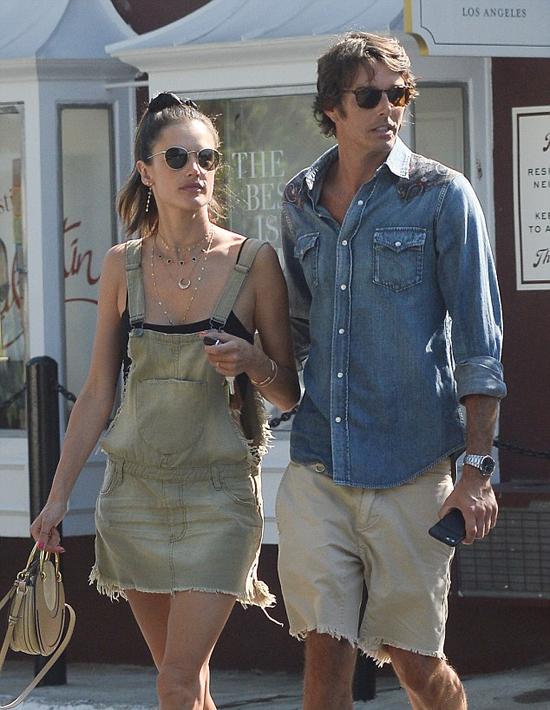 Alessandra Ambrosio gặp gỡ Nicolo Oddi vào đầu mùa hè, chỉ vài tháng kết thúc cuộc tình 10 năm với doanh nhân Mỹ Jamie Mazur. Cô và Jamie từng đính hôn và có hai người con.