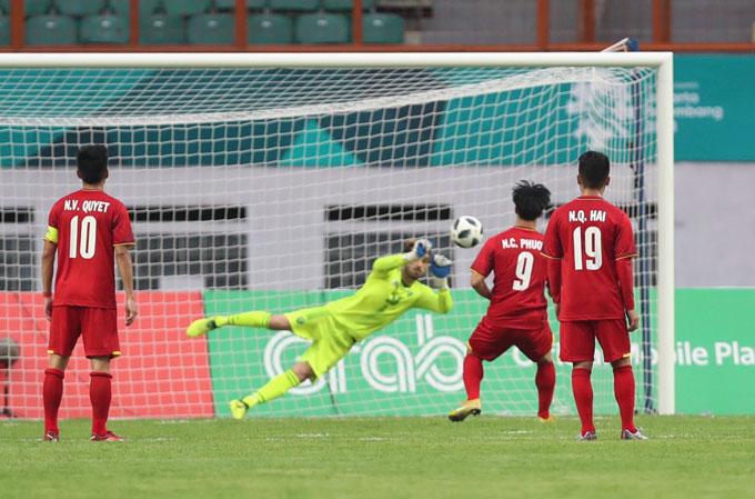 Cú sút của Công Phượng bị thủ môn đối phương cản phá, bỏ lỡ cơ hội nâng tỷ số lên 3-0 cho Olympic Việt Nam.