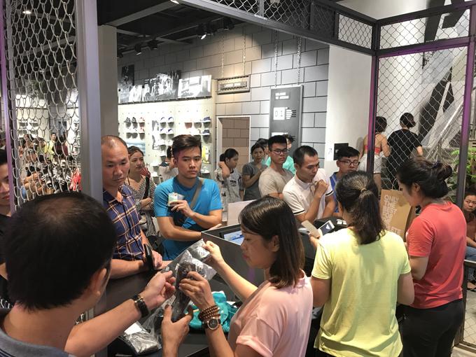 Thông tinchi tiết về các sản phẩm và chương trình ưu đãi của adidas, truy cậpFanpage:www.facebook.com/adidasstoresVN.