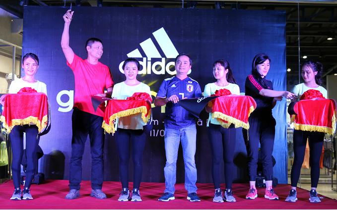 Buổi lễ khai trương có sự tham dự của đại diện adidas Việt Nam và các khách mời như huấn luyện viên Fitness Hana Giang Anh, vận động viên tâng bóng nghệ thuật Tungage và Đỗ Kim Phúc. Họ đều là những người đam mê thể thao và nhiều năm lựa chọn thương hiệu adidas.
