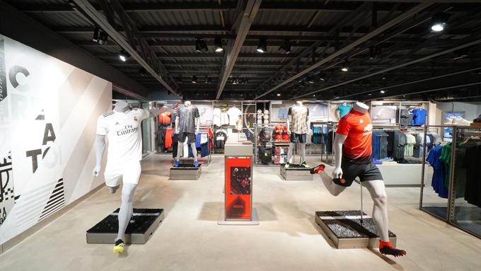 adidas Stadium Xã Đàn tập trung đa dạng và đầy đủ các dòng sản phẩm mới nhất của thương hiệu với cách bài trí khoa học, tạo khoảng không gian thoáng, rộng giúp khách hàng có những trải nghiệm mua sắm thú vị.