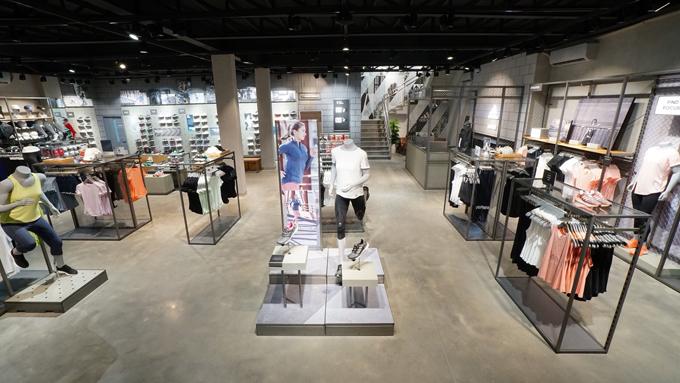 Cửa hàng gồm 2 tầng với tổng diện tích mặt sàn lên đến 640m2.