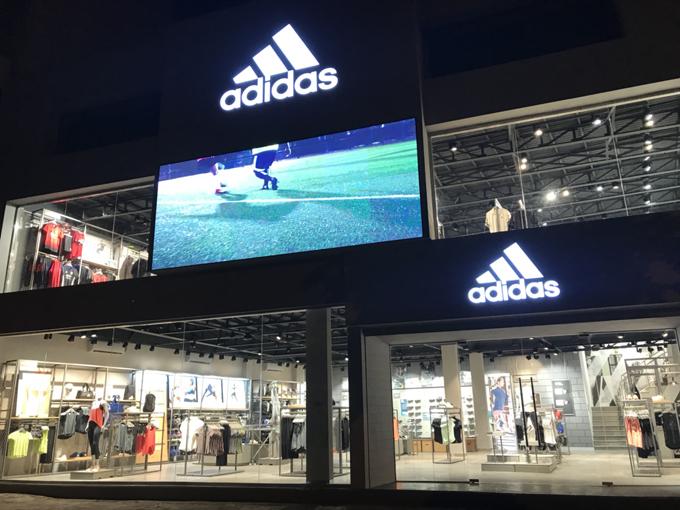 adidas Stadium 460 Xã Đàn, Đống Đa, Hà Nội vừa mở cửa chào đón những người đam mê thể thao và thời trang tại Việt Nam. Cửa hàng thiết kế theo concept stadium (sân vận động) là concept mới nhất của hãng nhằm mang đến trải nghiệm mua sắm thú vị cho những tín đồ yêu mến adidas. Đây cũng là cửa hàng lớn nhất miền Bắc của thương hiệu.