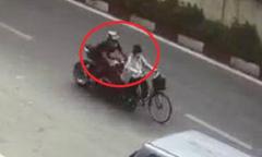 Thanh niên chạy xe phân khối lớn tông cụ bà đi xe đạp rồi bỏ chạy