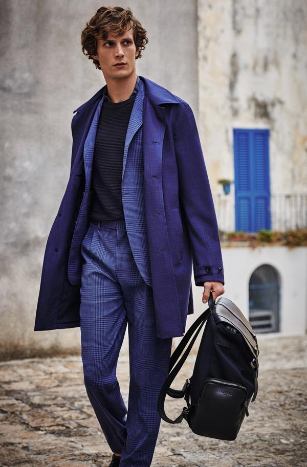 Với những bộ âu phục mang phong cách trang trọng, bảng màu của bộ sưu tập năm nay sẽ xoay quanh cácsắc thái tinh tế như gam màu bụi, gam màu thép, màu xanh dương phớt tím và màu cát.