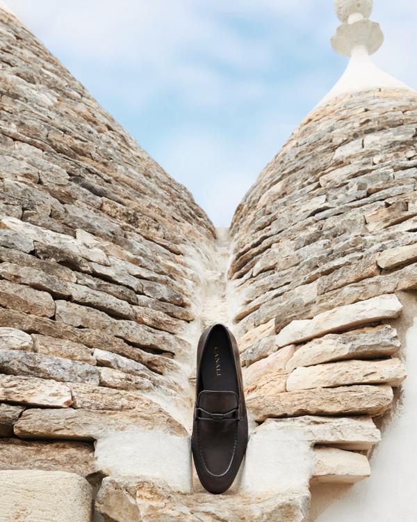 Tại cửa hàng của Canali, quý ông rất dễ dàng chọn được những mẫu giày da cao cấp, thời thượng.