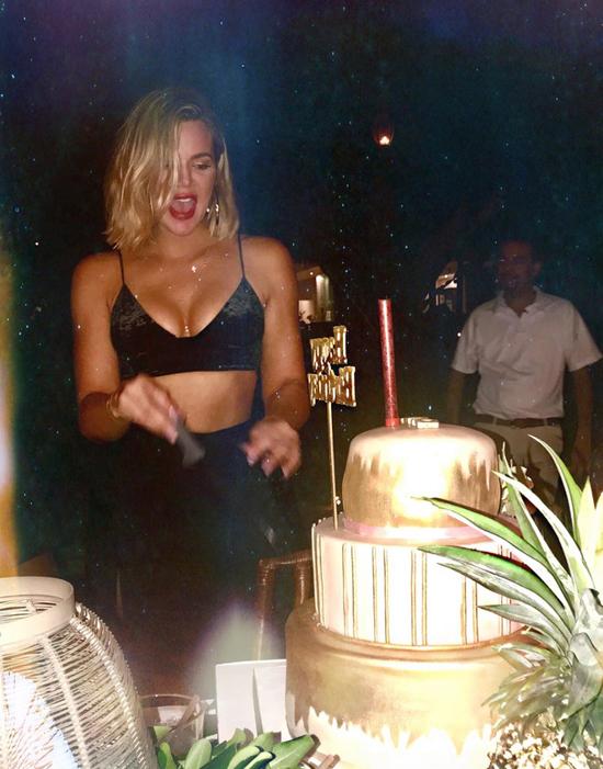 Khloe cũng tiết lộ, cô đã giảm 15 kg so với lúc mang bầu. Người đẹp thú nhận việc giảm cân không hề dễ dàng với cô và Khloe đã phải rất nỗ lực mỗi khi vào phòng tập gym.
