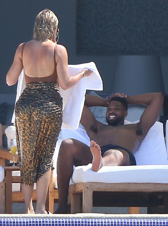 Khloe Kardashian có chuyến du lịch đầu tiên với chàng người tình Tristan Thompsonn sau 4 tháng sinh con. Cầu thủ bóng rổ này từng lộ ảnh ngoại tình chỉ 4 ngày trước khi Khloe trở dạ nhưng cô đã tha thứ cho anh.