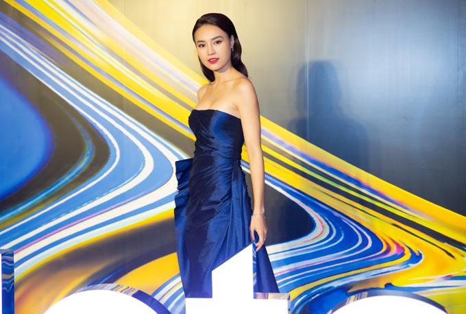 Lan Ngọc là khách mời trong buổi ra mắt một sản phẩm công nghệ mới. Diễn viên Cô Ba Sài Gòn lộng lẫy với váy cúp ngực của nhà thiết kế Công Trí.
