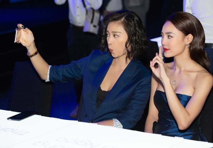 Hai người đẹp nhí nhảnh chụp ảnh selfie cùng nhau tại sự kiện.