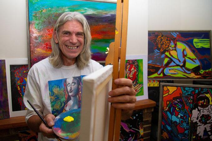 Ông Wayne Sheppard đã cho ra đời rất nhiều tác phẩm bắt mắt và khác lạ kể từ sau cú đột quỵ 2 năm trước. Ảnh: SWNS.