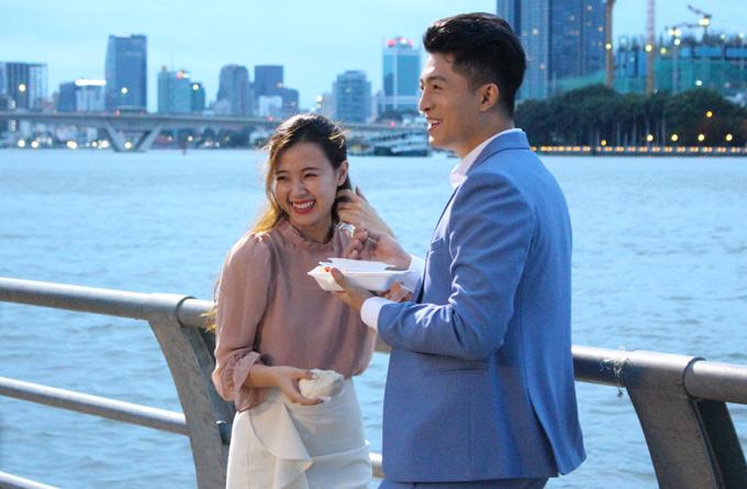 Sau những cảnh quay thân mật, hai diễn viên vui vẻ trò chuyện, rủ nhau ăn vặt bên sông. Phim Tôi là Lụa dự kiến khởi chiếu vào ngày 25/8.