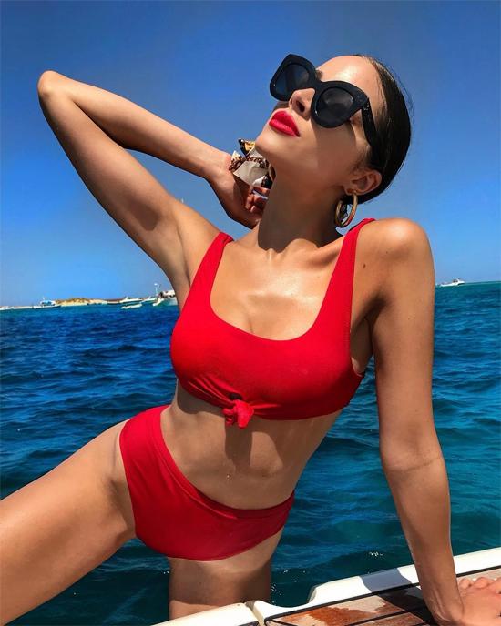 Olivia Culpo chia sẻ với các fan hình ảnh gợi cảm trên bãi biển trong kỳ nghỉ ở Miami.