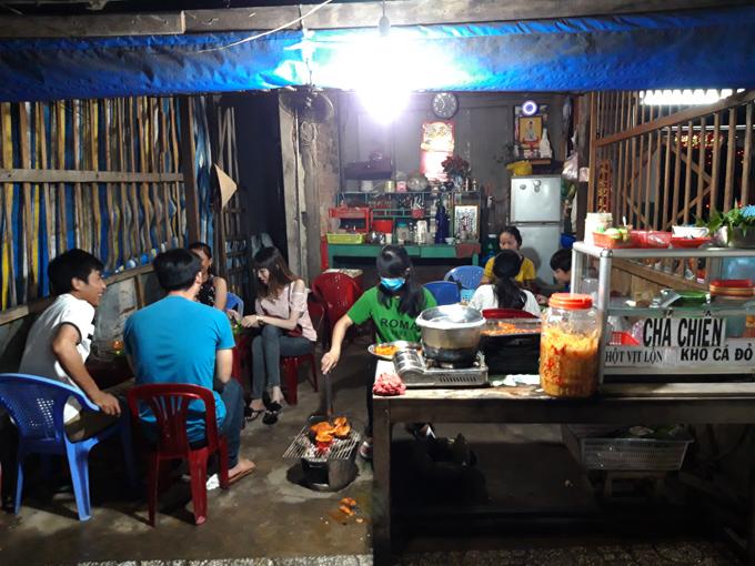 Hà Tiên có nhiều hàng quán nhỏ bán khô cá đỏ. Tuy nhiên, người dân địa phương thường chọn một quán khô không tên nằm trên đường Trần Hầu - gần ngay góc Phương Thành.Chỉ là một quán nhỏ nằm trên đường Trần Hầu, với vài chiếcbàn nhựa, nhưng quán khôsẽ nơi tụ tập thường xuyên của người địa phương. Họ đến để thưởng thức một số món đặc trưng nơi đây như cá đỏ nướng, bạch tuột nướng, chả chá chiên...