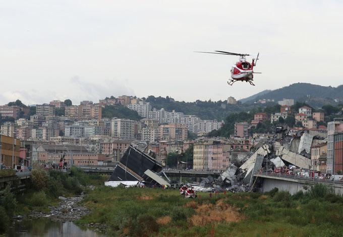 Cầu Ponte Morandi sập ở thành phố Genoa, Italy, hôm qua khiến ít nhất 30 người tử vong. Ảnh: Reuters.