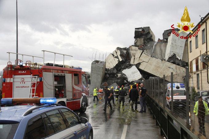 Xe cảnh sát, cứu thương được huy động tới để tìm kiếm và cấp cứu cho các nạn nhân trong sập cầu. Ảnh: Reuters.