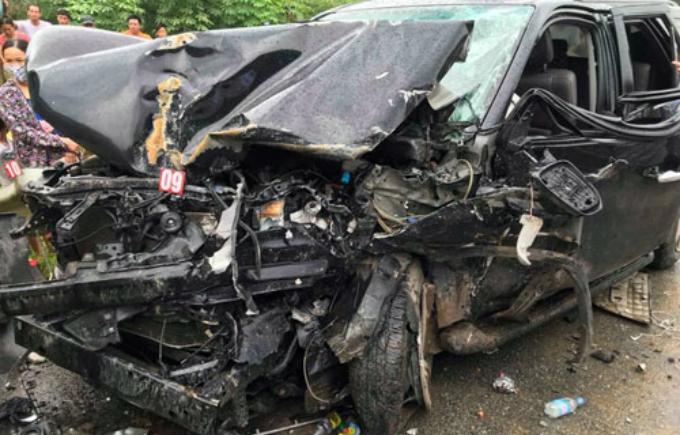 Xe Fortuner bị bẹp dúm phần đầu, 4 người trong xe bị thương. Ảnh: Đỗ Thắng