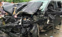 Ôtô chở 4 người bẹp dúm sau cú đâm xe khách trên cao tốc