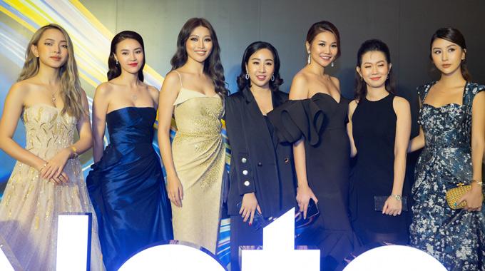 Hot girl Châu Bùi (ngoài cùng bên trái), chân dài Quỳnh Châu (thứ ba từ trái sang) chụp ảnh cùng Lan Ngọc, Thanh Hằng và các khách mời dự sự kiện.