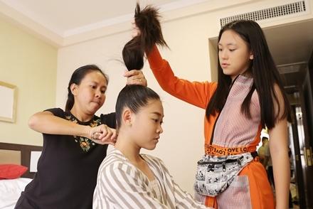 Mẫu nhí được bố mẹ trang điểm, làm tóc khi lưu diễn ở Hong Kong