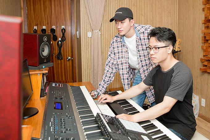 Võ Cảnh được biết đến với vai trò diễn viên, người mẫu. Anh từng xuất hiện trong nhiều MV của các ca sĩ nổi tiếng và trình diễn tại nhiều show diễn thời trang lớn - nhỏ trong nước.
