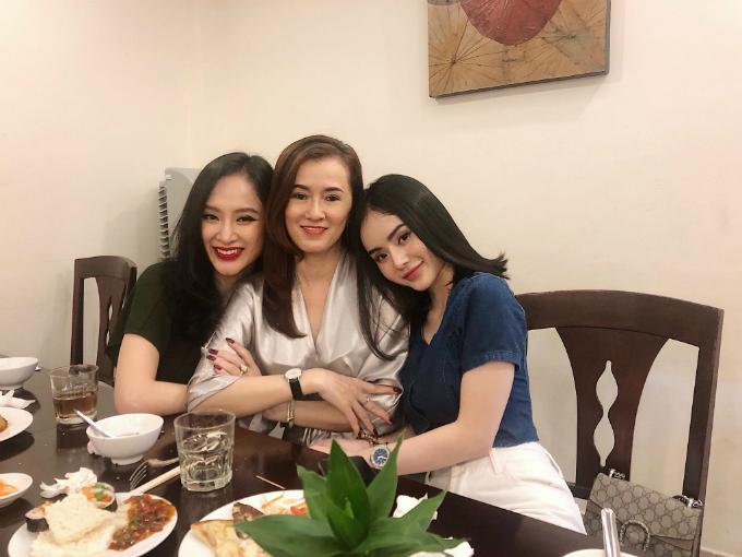 Ba mẹ con nhà Angela Phương Trinh được ví như ba chị em.