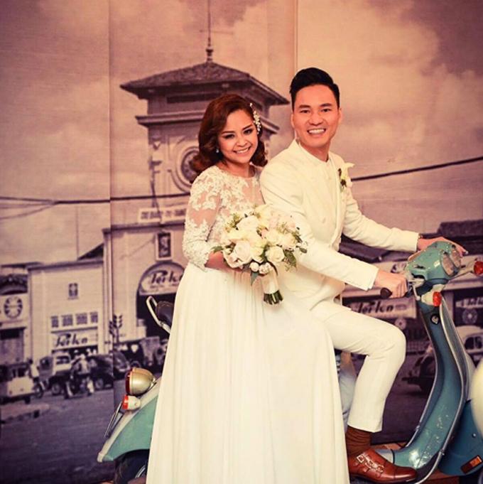 Trước ngày cưới, Đình Bảo còn tự tay chuẩn bị tấm backdrop tái hiện không gian Sài Gòn xưa để đặt ởsảnh tiệc cưới.