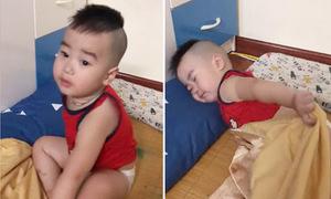 Bé 2 tuổi cố ngủ nướng, mặc mẹ đánh thức khản cả giọng