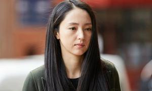 Đổng Tuyền tháo nhẫn cưới sau scandal chồng hiếp dâm, đi tù