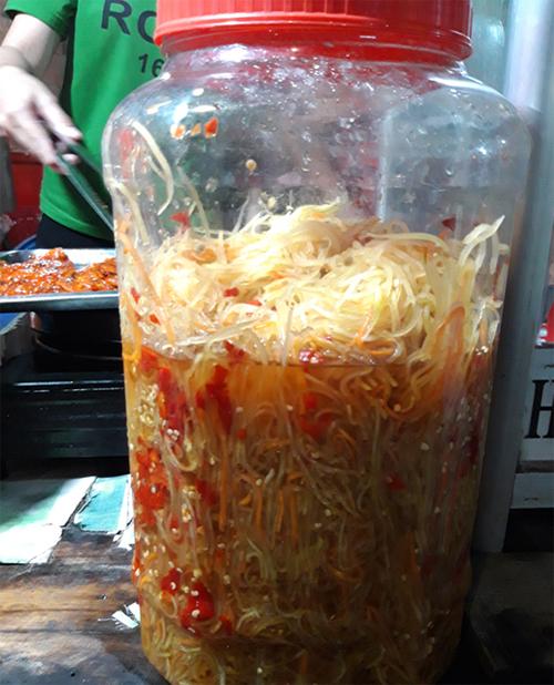 Món khô ở đây ăn kèm với đồ chua đu đủ giòn cay. Đây là điểm đặc biệt làm cho món ăn thêm phần hấp dẫn.