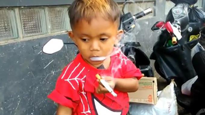 Rapi hút thuốc, nhả khói thành thạo như người lớn. Ảnh: Viral Press.
