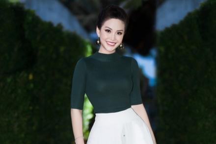 Á hậu Diễm Trang mặc hợp mốt đi làm MC
