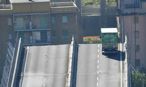 Tài xế xe tải thoát chết trong gang tấc khi cầu cao tốc ở Italy sập