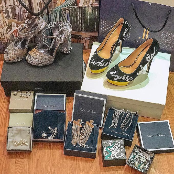 Là một trong những mỹ nhân Việt nổi tiếng với tủ đồ hiệu hoành tráng, Minh Hằng liên tục sắm sửa trang phục, phụ kiện từ các thương hiệu danh tiếng và hào hứng khoe ảnh trên tài khoản Instagram gần 1 triệu người theo dõi. Hôm qua, cô đã có chuyến shopping trời hành, như muốn lả đi sau khi chọn được hai đôi giày nhãn hiệu Dolce & Gabbana, Charlotte Olympiacùng nhiều khuyên tai của các nhà mốt Oscar de la Renta, Elie Saab, Gucci.