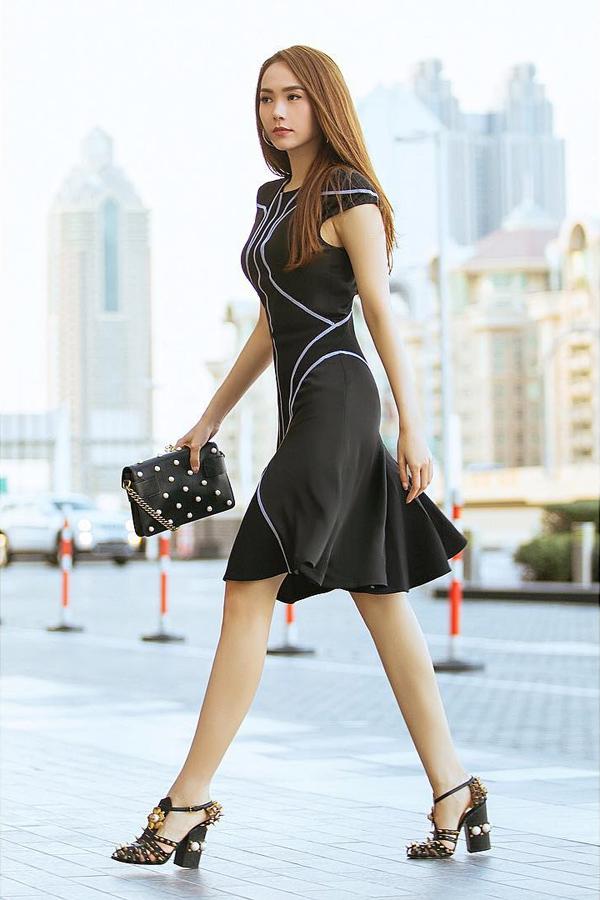 Các fan không còn xa lạ với hình ảnh nữ ca sĩ phủ hàng hiệu từ đầu tới chân. Trong hình, cô diện váy Versace, kết hợp túi xách và giày Gucci.