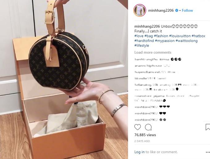 Cách đây hai ngày, Bé Heo chia sẻ video ghi lại cảnh mở hộp (unbox) chiếc túi Louis Vuitton mới tậu kèm chú thích: Cuối cùng cũng có được nó. Minh Hằng cho biết sản phẩm này rất khó mua, cô phải chờ đợi quá lâu mới có thể sở hữu. Mẫu túi mang tên Petite Boite Chapeau có giá 4.200 USD (98 triệu đồng).
