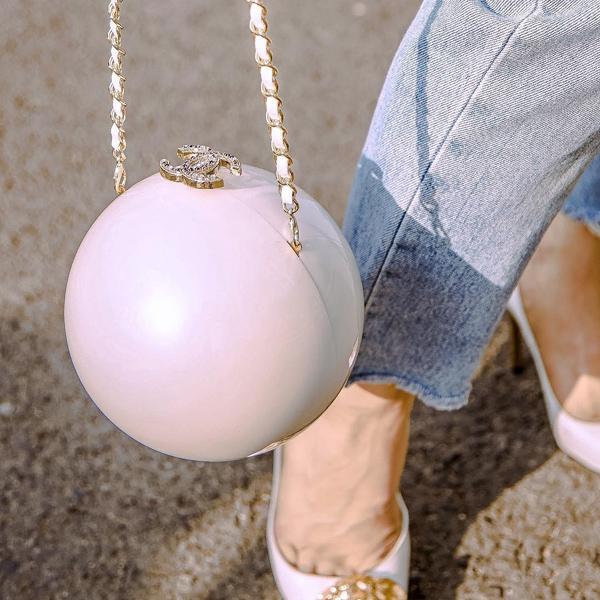 Bên cạnh những dòng túi Chanel quá quen thuộc, nữ ca sĩ còn sắm thiết kế hình viên ngọc trai độc đáo và cập nhật trên Instagram hôm 4/8. Món phụ kiện khan hiếm này hiện được trang web bán hàng Farfetch rao giá 10.000 USD (hơn 233 triệu đồng) cho phiên bản không đính đá ở khóa.