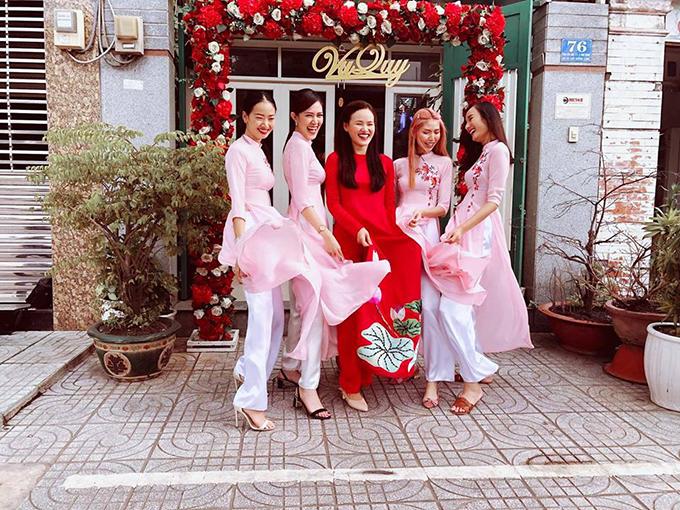 Xuất hiện trong đội hình bê tráp nhà gái có nhiều người mẫu trưởng thành tử cuộc thi Vietnams Next Top Modelnhư Lê Thuý, Thuỳ Dương, Quý Dung, Giáng Hương.