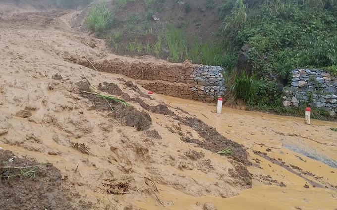 Tuyến quốc lộ 15C qua xã Trung Lý, huyện Mường Lát bị sạt lở nặng sau bão Bebinca.