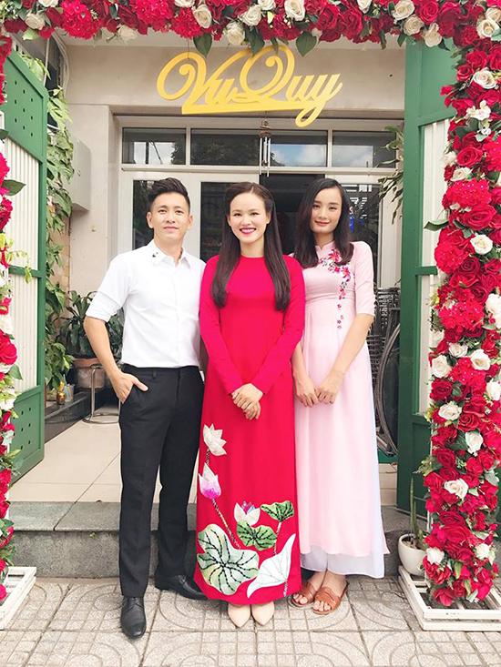 Tuyết Lan diện áo dài đỏ trang trí hoạ tiết hoa sen, làm tóc đơn giản trong lễ đám hỏi.