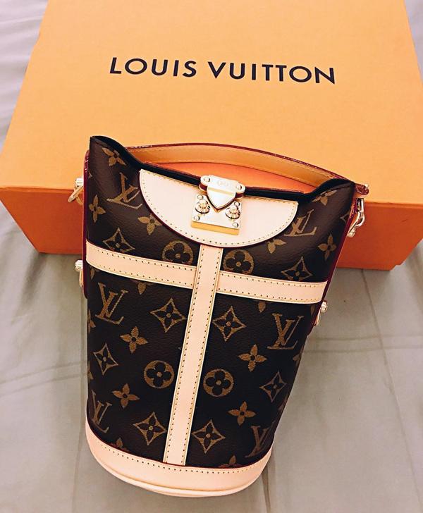 Huấn luyện viên The Face 2018 có niềm đam mê bất tận với những mẫu túi kiểu dáng lạ mắt. Cô khoe sản phẩm Louis Vuitton Duffle Bag phiên bản giới hạn và thú nhận: Suốt ngày ngộ độc với mấy em túi độc. Phiên bản thường của thiết kế này được bán ở mức 2.820 USD (66 triệu đồng).