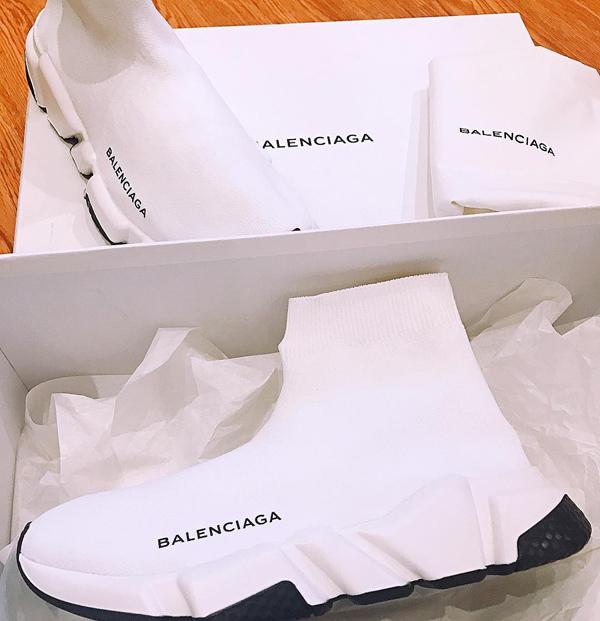 Đăng hình đôi giày Balenciaga màu trắng hồi tháng 4, người đẹp 31 tuổi khẳng định: Trót đam mê em nào thì phải có đủ màu em ấy.