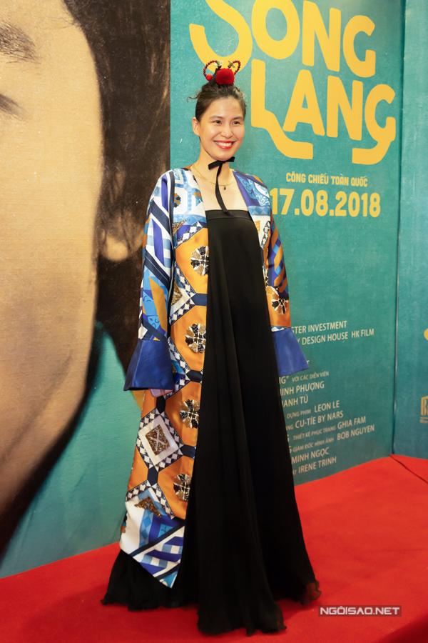 Nhà thiết kế Thủy Nguyễn mặc trang phục cổ điển, ấn tượng đi xem phim.