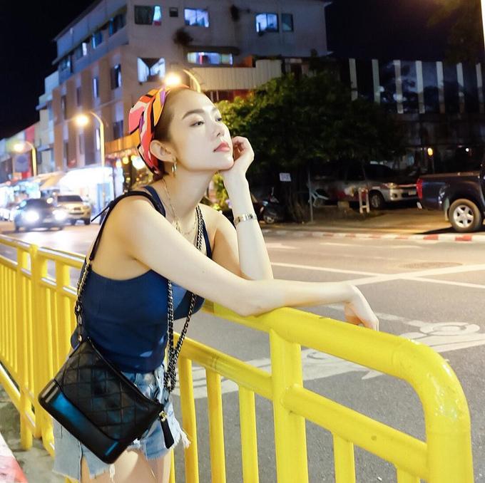 Cũng như nhiều nghệ sĩ Việt khác, Bé Heo hòa cùng trào lưu đeo túi Chanel Gabrielle trên 50 triệu đồng.