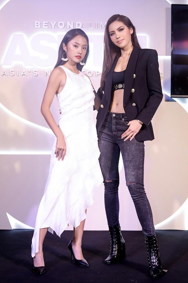Minh Tú chụp hình cùng Rima Thanh Vy - đại diện Việt Nam tại mùa giải lần này.